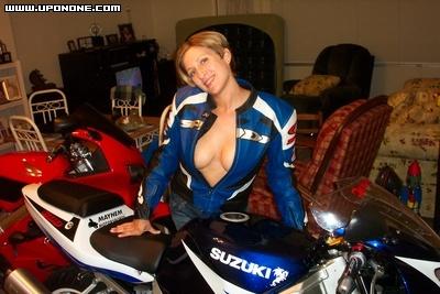 Mulher com decote na moto, gostosa com decote na moto, babes on bike, sexy on bike, sexy on motorcycle,woman with neckline
